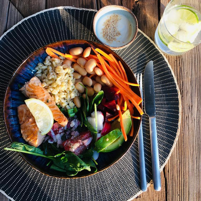 Eine Bowl mit Reis, Fisch und Gemüse